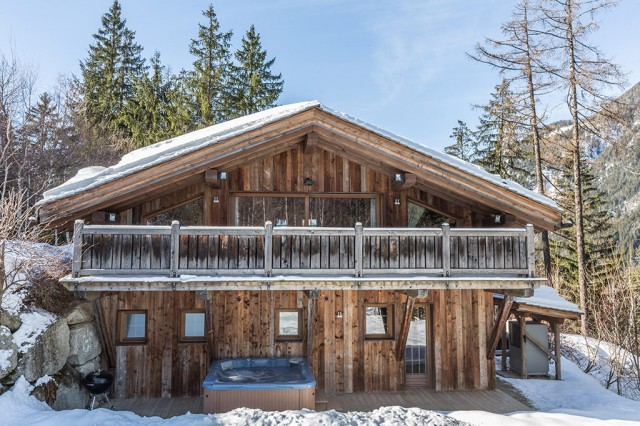 Chalet Baby Bear - Exterior Snow